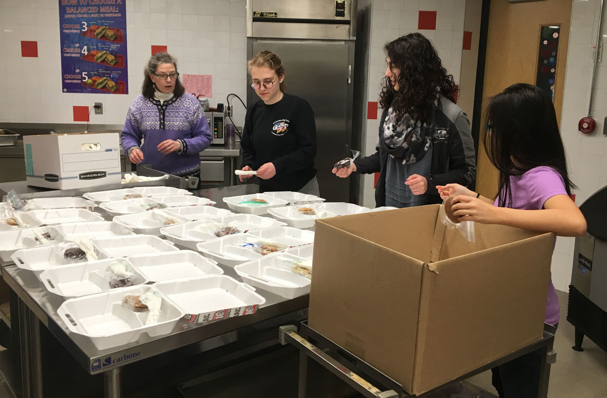 Students prepare ziti dinners at Columbia