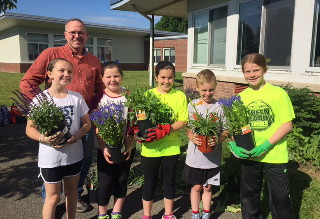 Student Council Spruces Up School Grounds