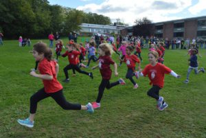 Students running in the Red Mill Great Apple Race
