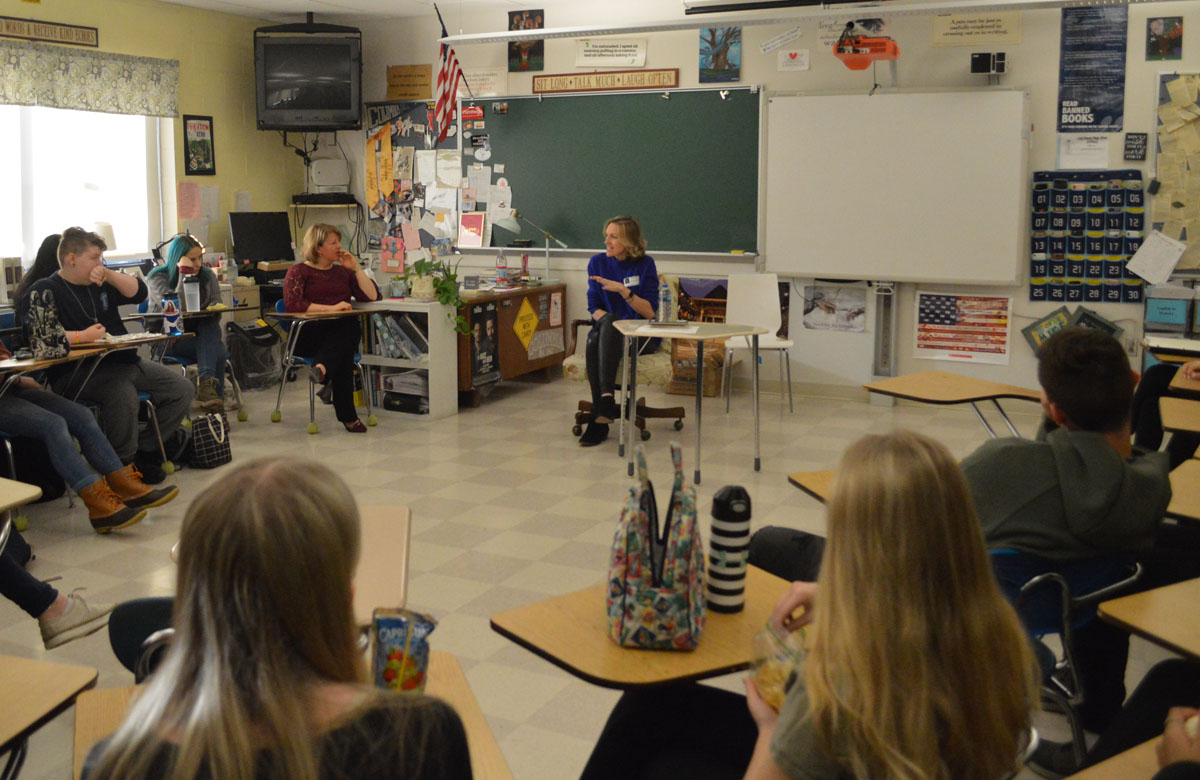 Kristi Gustafson Barlette speaking with Columbia High School journalism students.