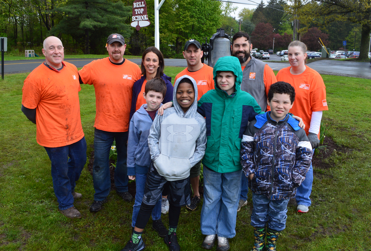 Home Depot associates with Bell Top students